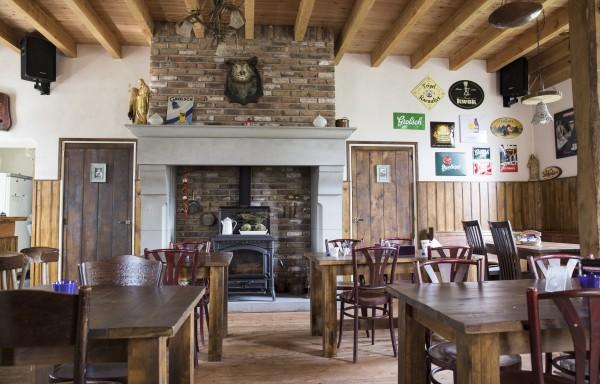 Café interieur , tafels en deuren